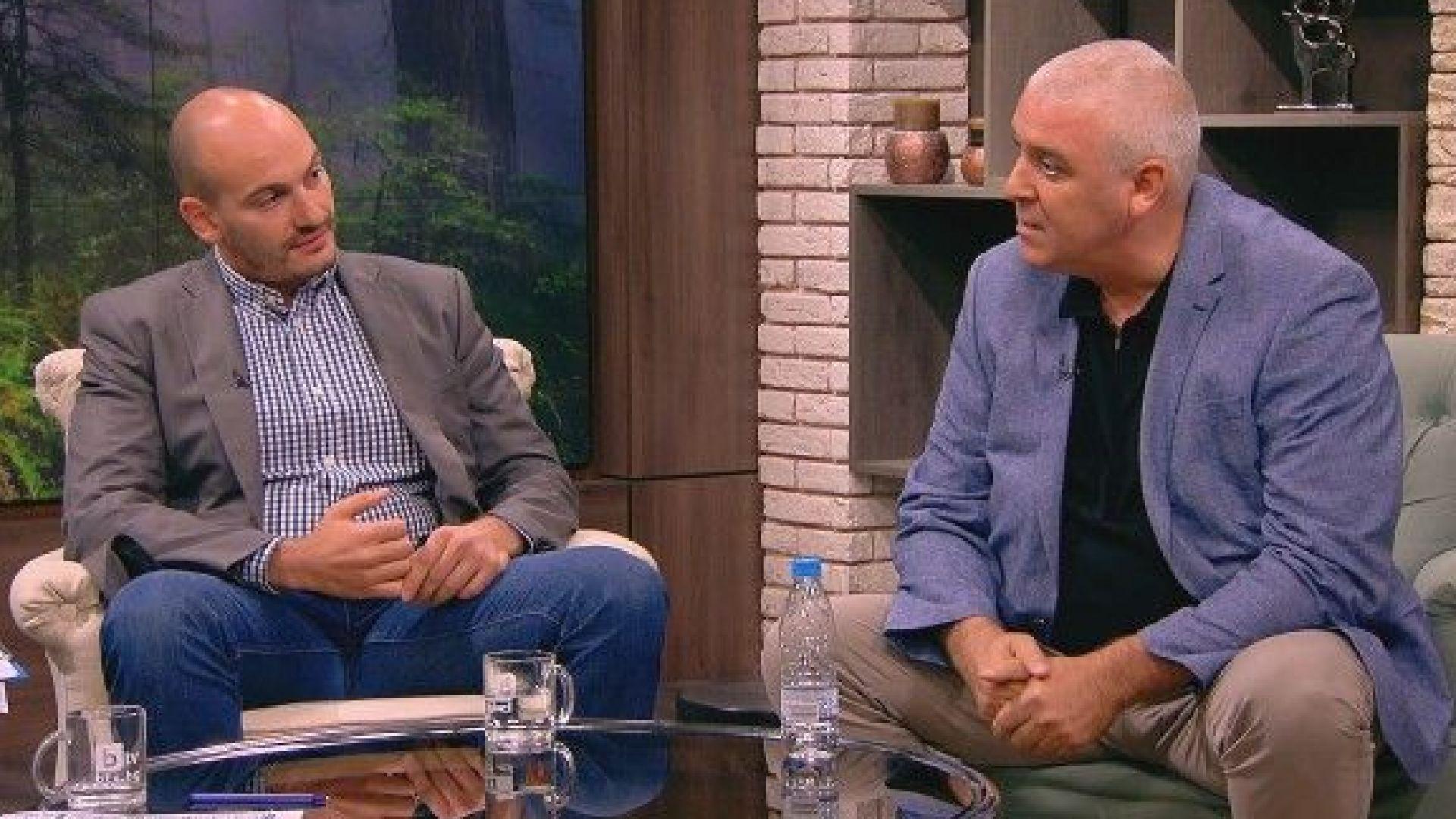 """Ивайло Спиридонов (вдясно) и журналистът от """"Биволъ"""" Димитър Стоянов"""