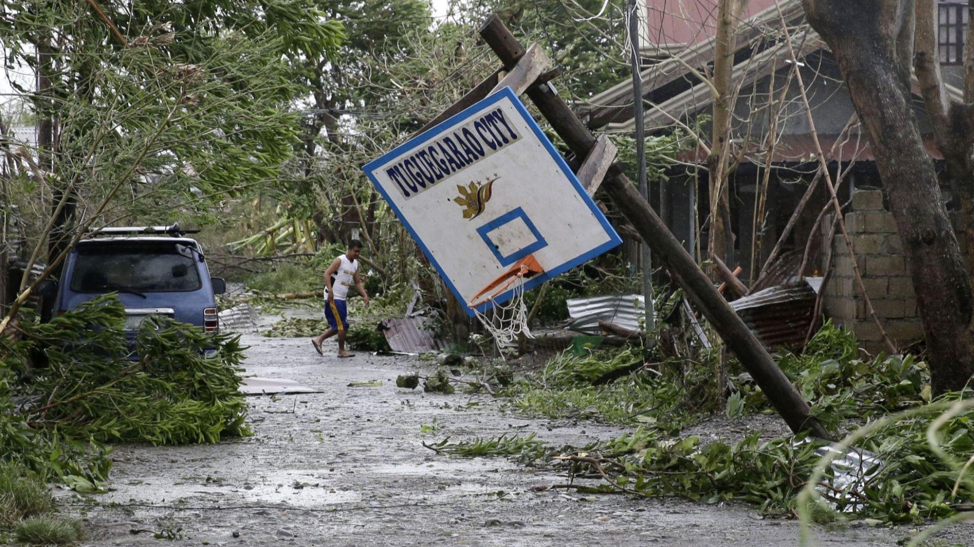 Свлачища от тайфуна Мангхут погубиха двама спасители и две жени във Филипините