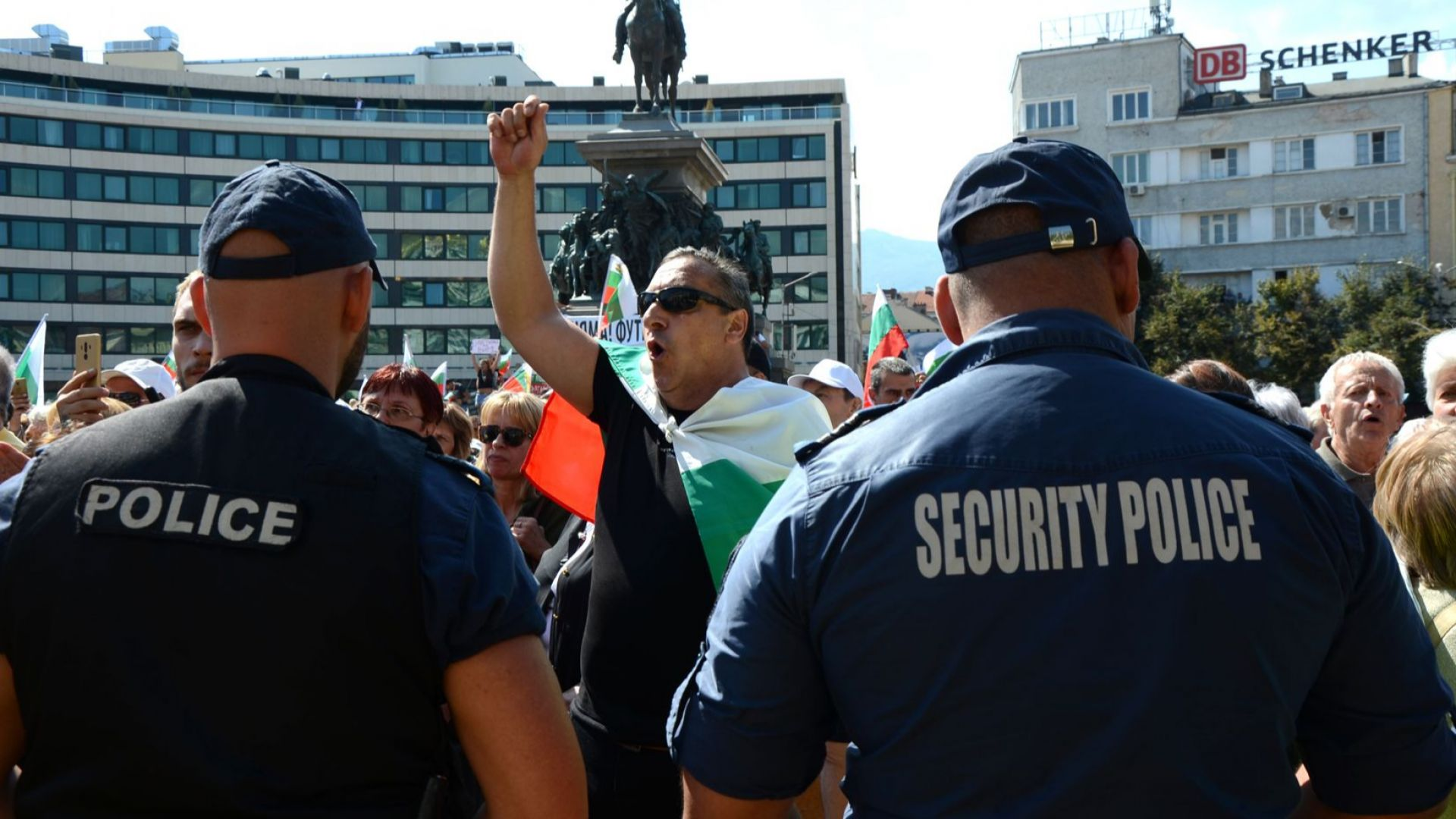 Протестиращи пред Парламента искаха оставката на правителството