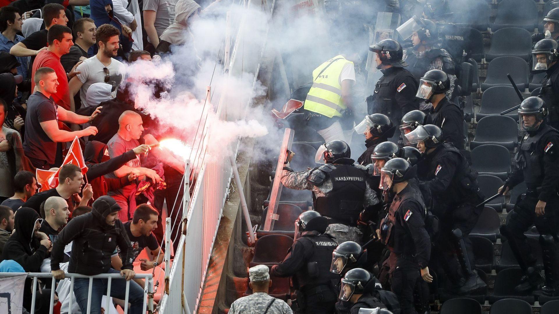 Братовчед на депутат загина в бой между сръбски футболни хулигани