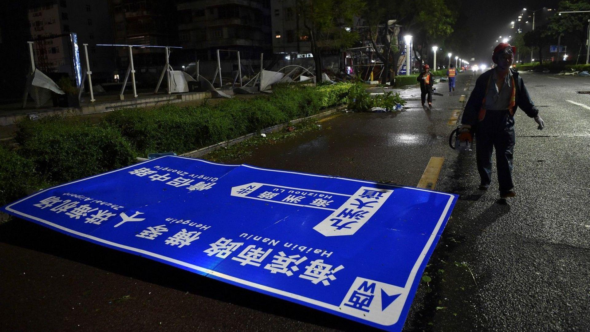 Китай се готви за обилни валежи, докато тайфунът Мангхут се движи на запад
