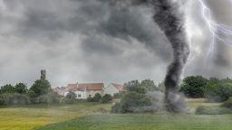 Торнадо вдигна покрива на сграда във Вирджиния (видео)