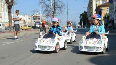 Деца караха тротинетки, спазвайки правилата за движение