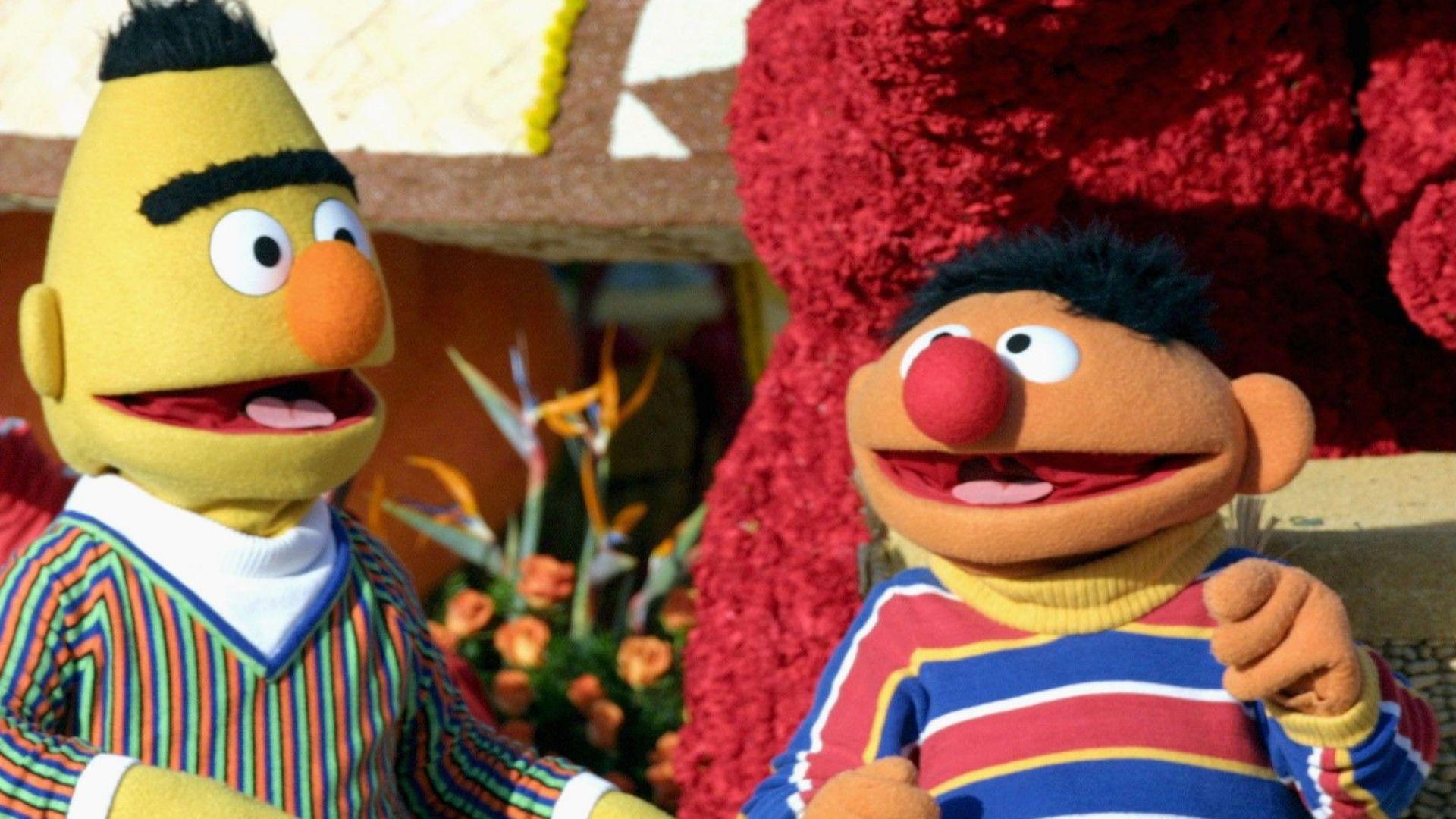 """Продуцентите на """"Улица Сезам"""" отрекоха героите Бърт и Ърни да са гей двойка"""