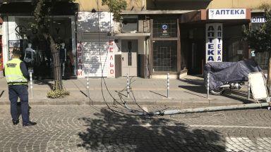 Електрически стълб падна в центъра на София (снимки)