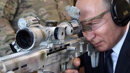 "Путин стреля със снайперистка карабина на полигона на ""Калашников"""