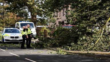 Циклонът Али удари Британия: Двама убити и 200 000 без ток