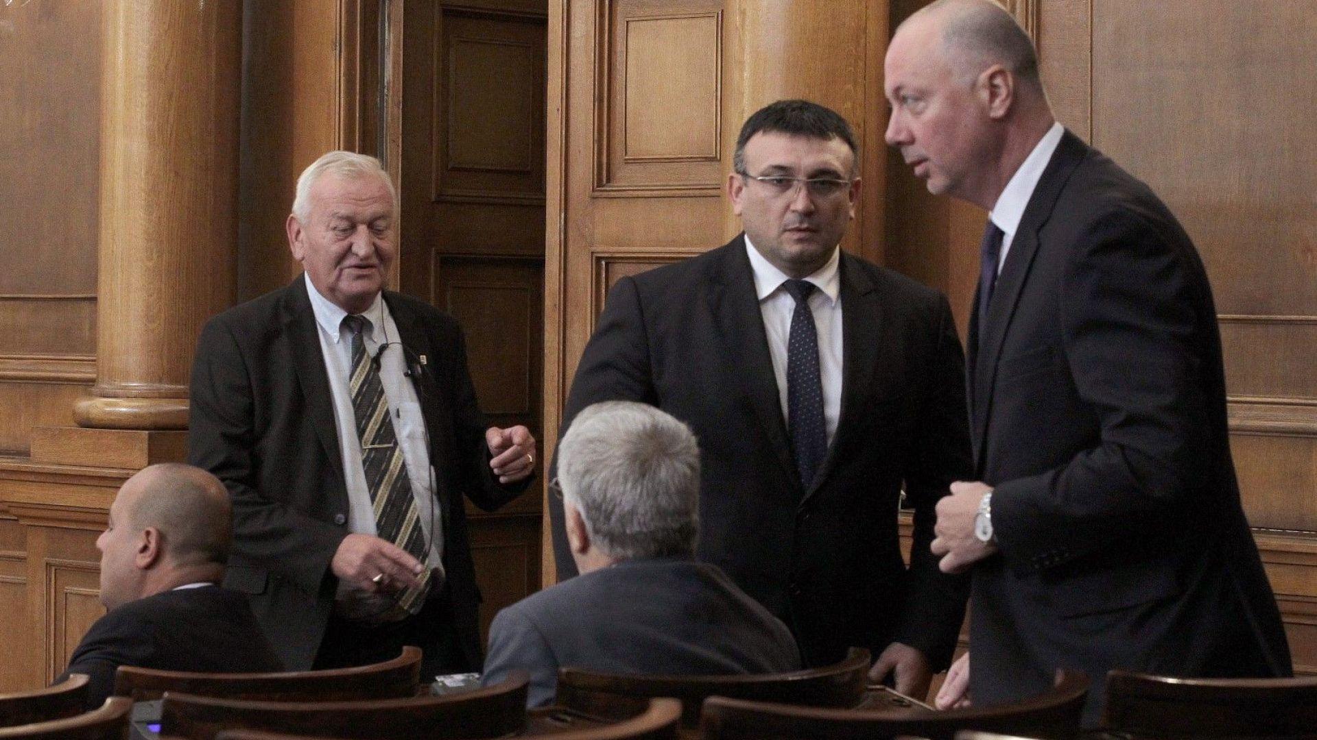 Депутатите се скараха за смяната на тримата министри