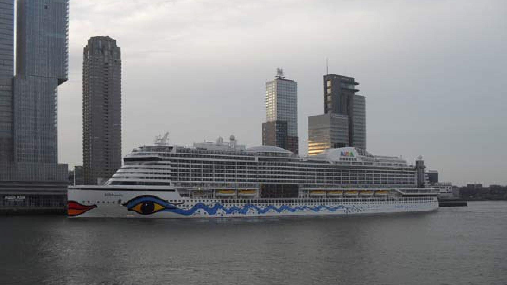 Десетки болни пътници на круизен кораб, закотвен в Ротердам, са