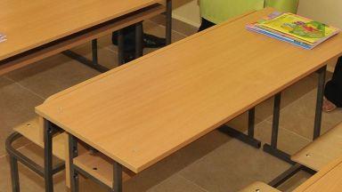 Второкласник удари шамар на учителка пред очите на родителите си