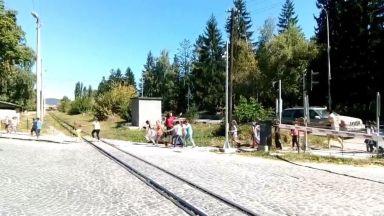 Опасно: Учителка преведе деца пред минаващ влак