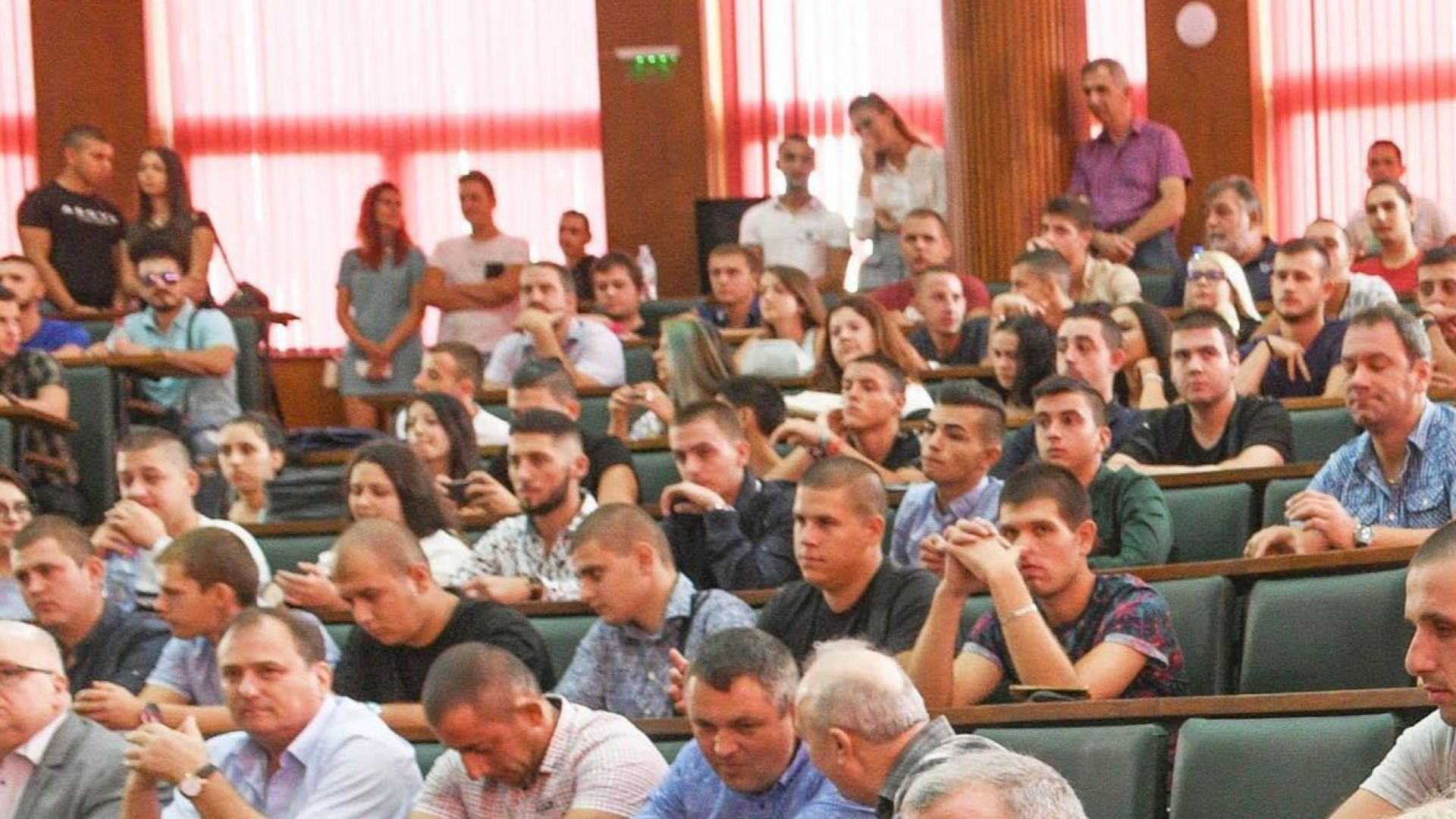 Бизнесът: Студенти да връщат пари, ако не работят в България