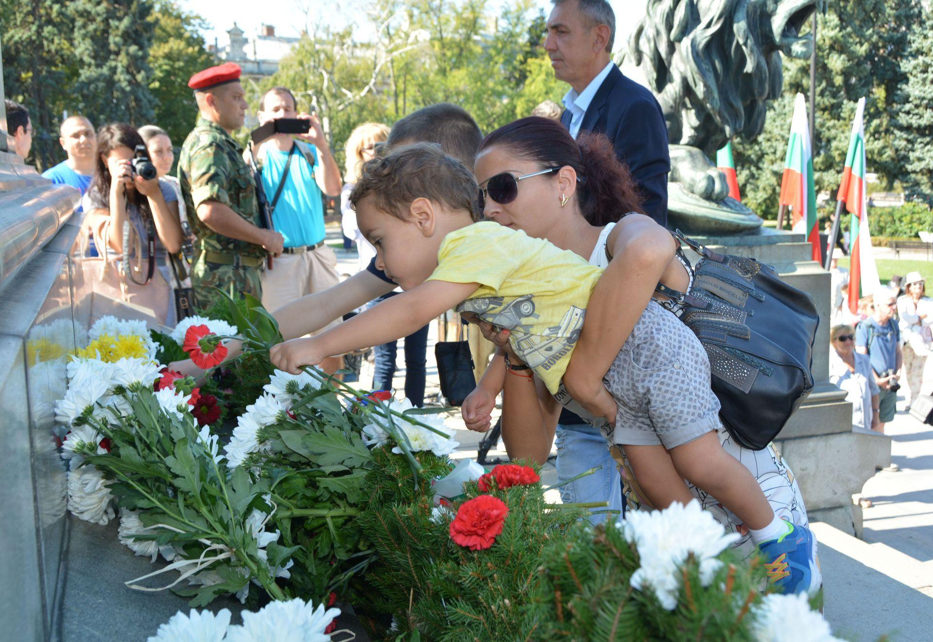 С чветя и венци от признателност русенци почетохо 110-та годишнина от обявяването на Независимостта на България