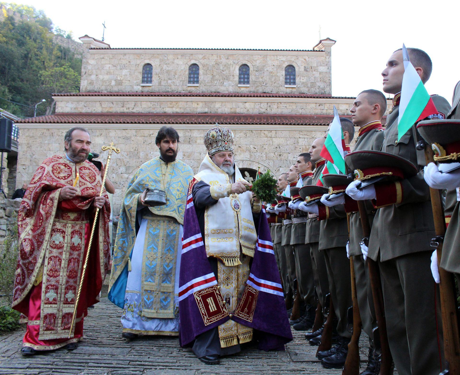 """В двора на църквата """"Св. 40 мъченици"""" във Велико Търново бяха осветени военните знамена и флаговете на институции и неправителствени организации"""