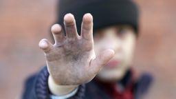 Омбудсманът и самотна майка поискаха всички деца-сираци да получават помощи