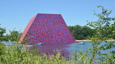 Лондон се сбогува със загадъчната пирамида на Кристо