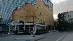 Бурята отвя фасадата на мол в центъра на Благоевград (снимки)
