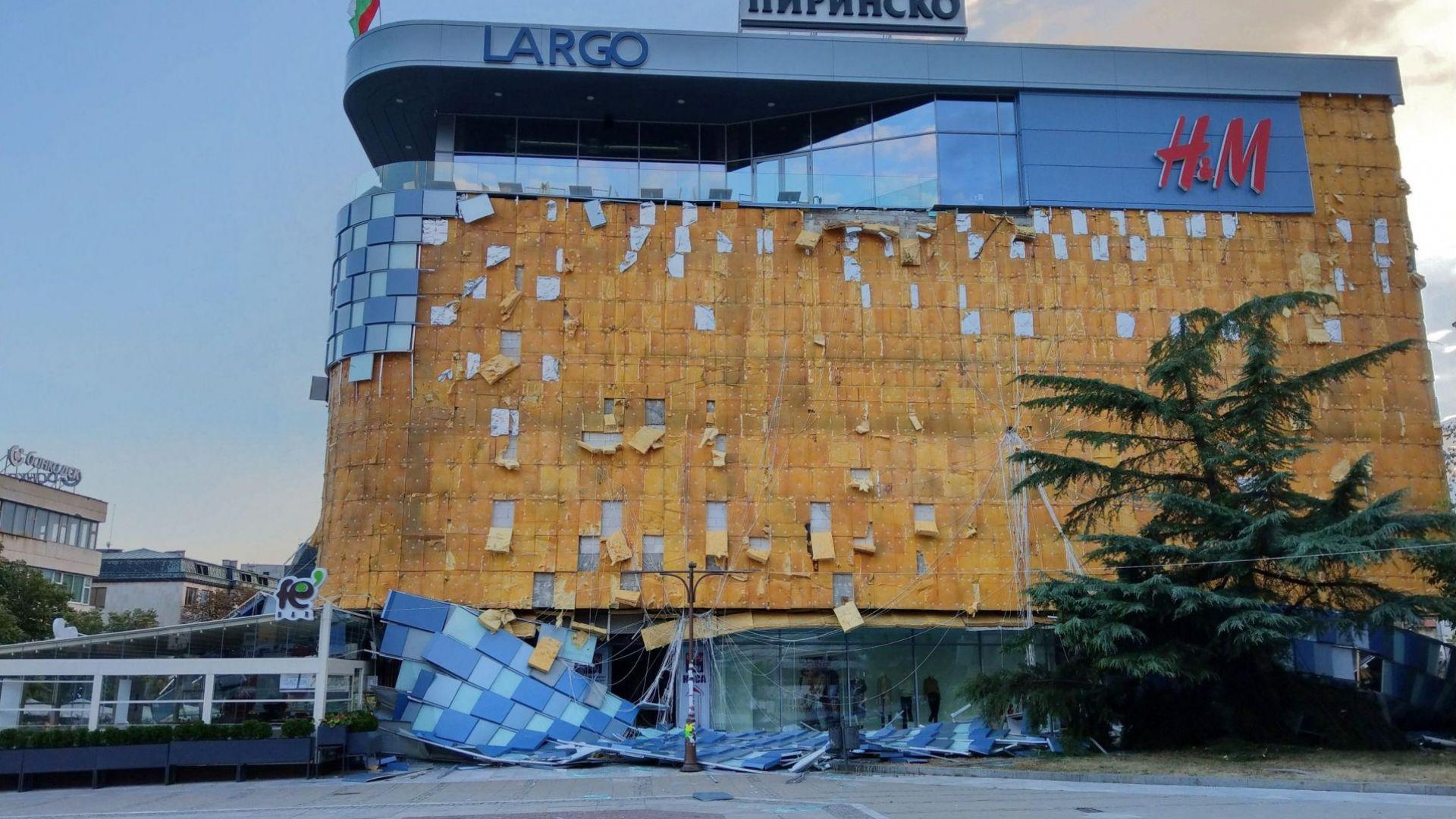 Силният вятър вчера събори фасадата на търговския център в Благоевград.