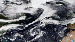 Супертайфун се колебае дали да удари Тайван или Япония