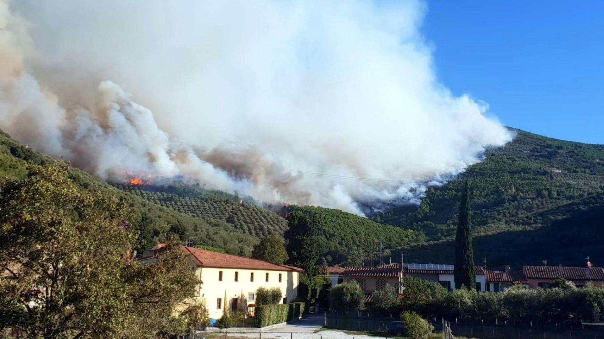 Голям пожар избухна край Пиза, евакуират района