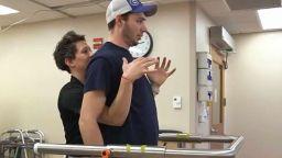 Парализиран млад мъж проходи благодарение на имплант в гърба