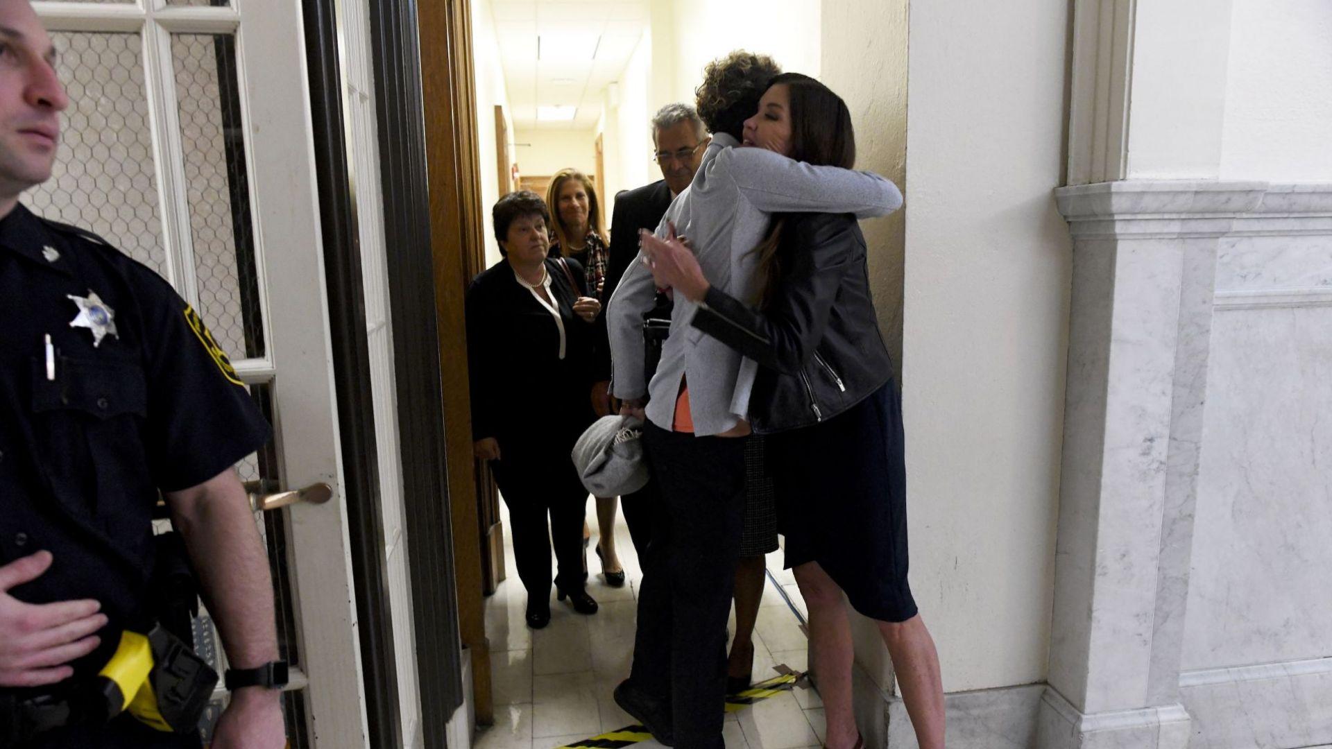 Джанис Дикинсън поздравява Андреа Констанд