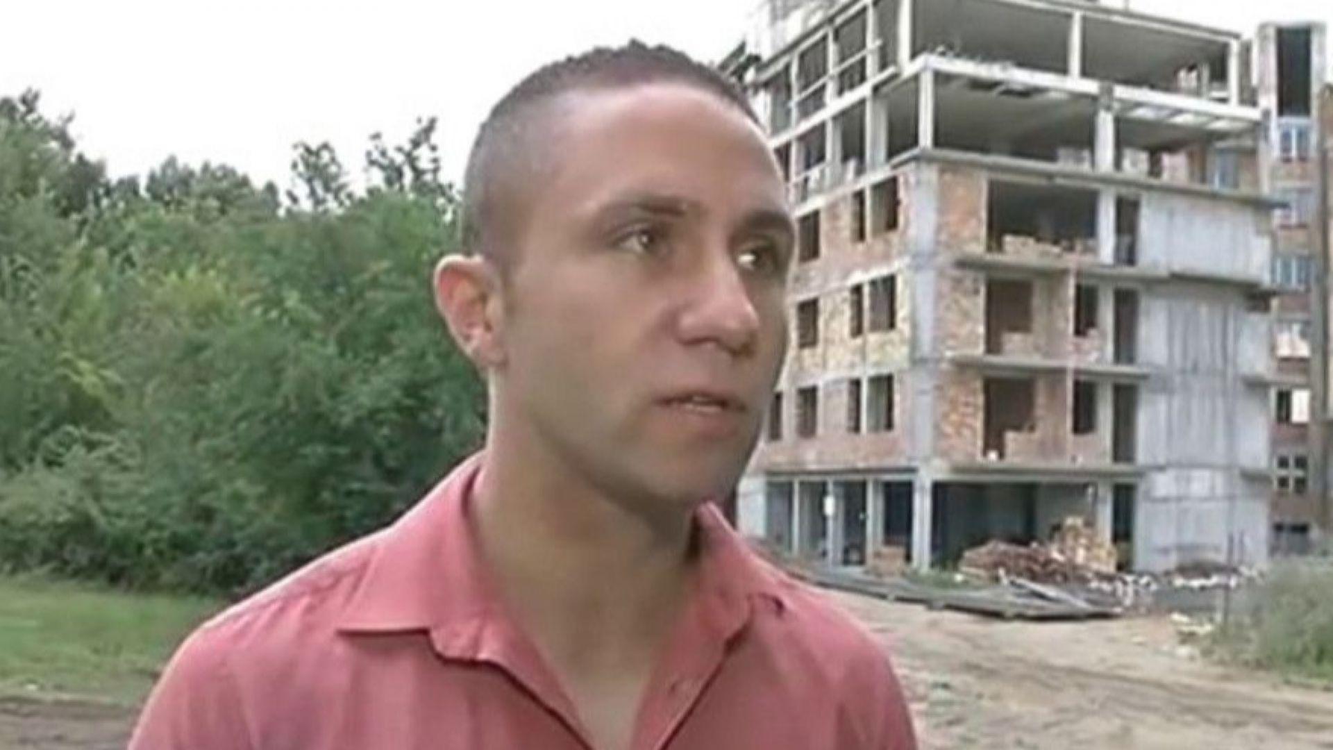 Пострадалият репортер първо бил заключен, а след това изхвърлен върху бетонна площадка
