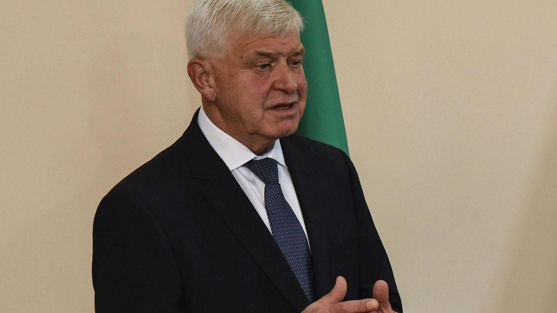 Кирил Ананиев подписва договора за линейките