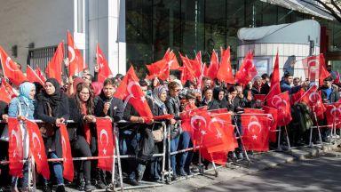 Ердоган пристигна в Берлин, турски фенове го посрещнаха със знамена