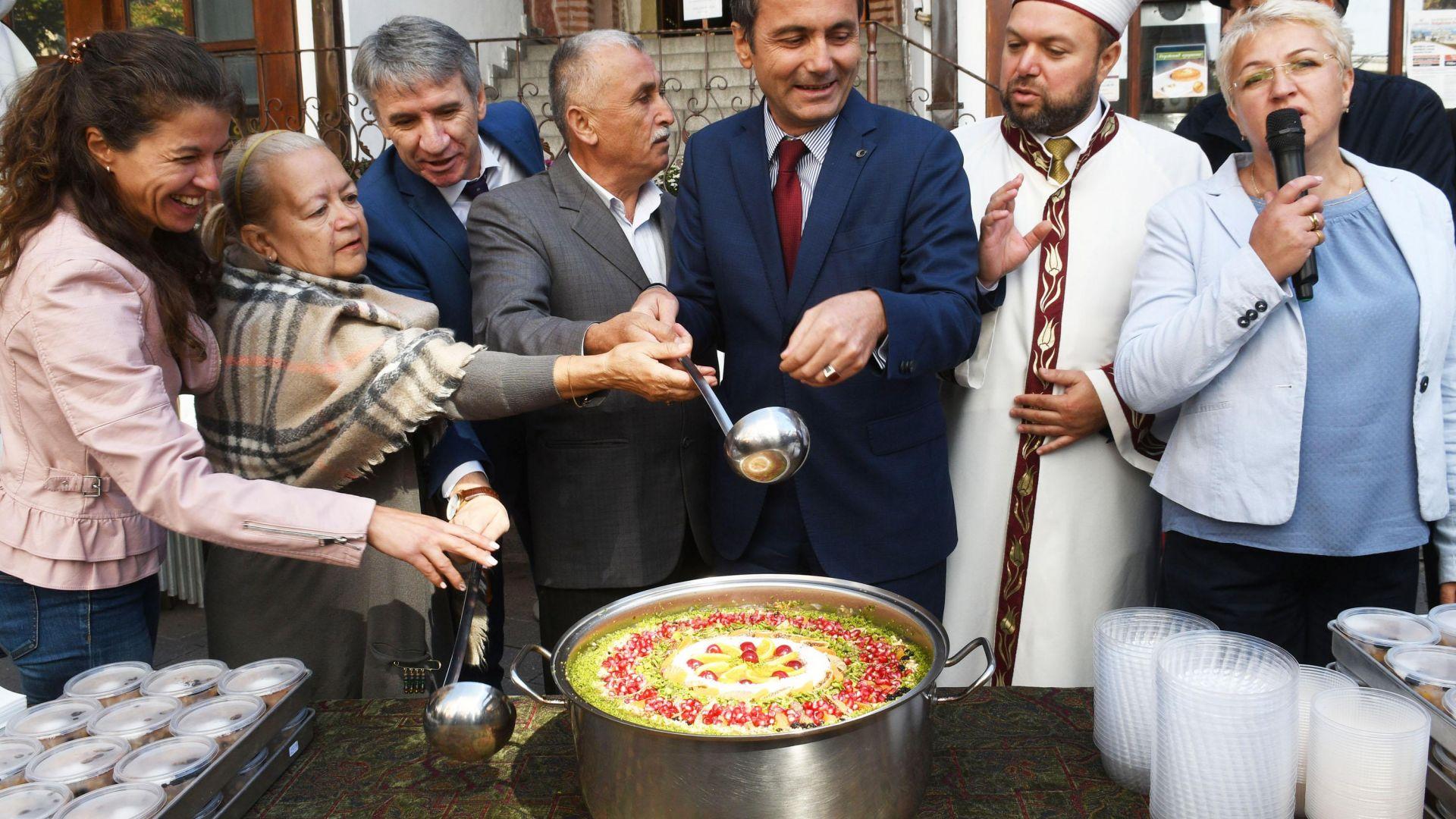 """Турската общност раздаде """"гозби на мира"""" в Пловдив"""