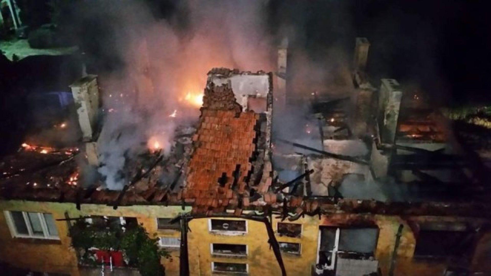 Пожар изпепели жилищна сграда, остави семейства без дом (снимки)