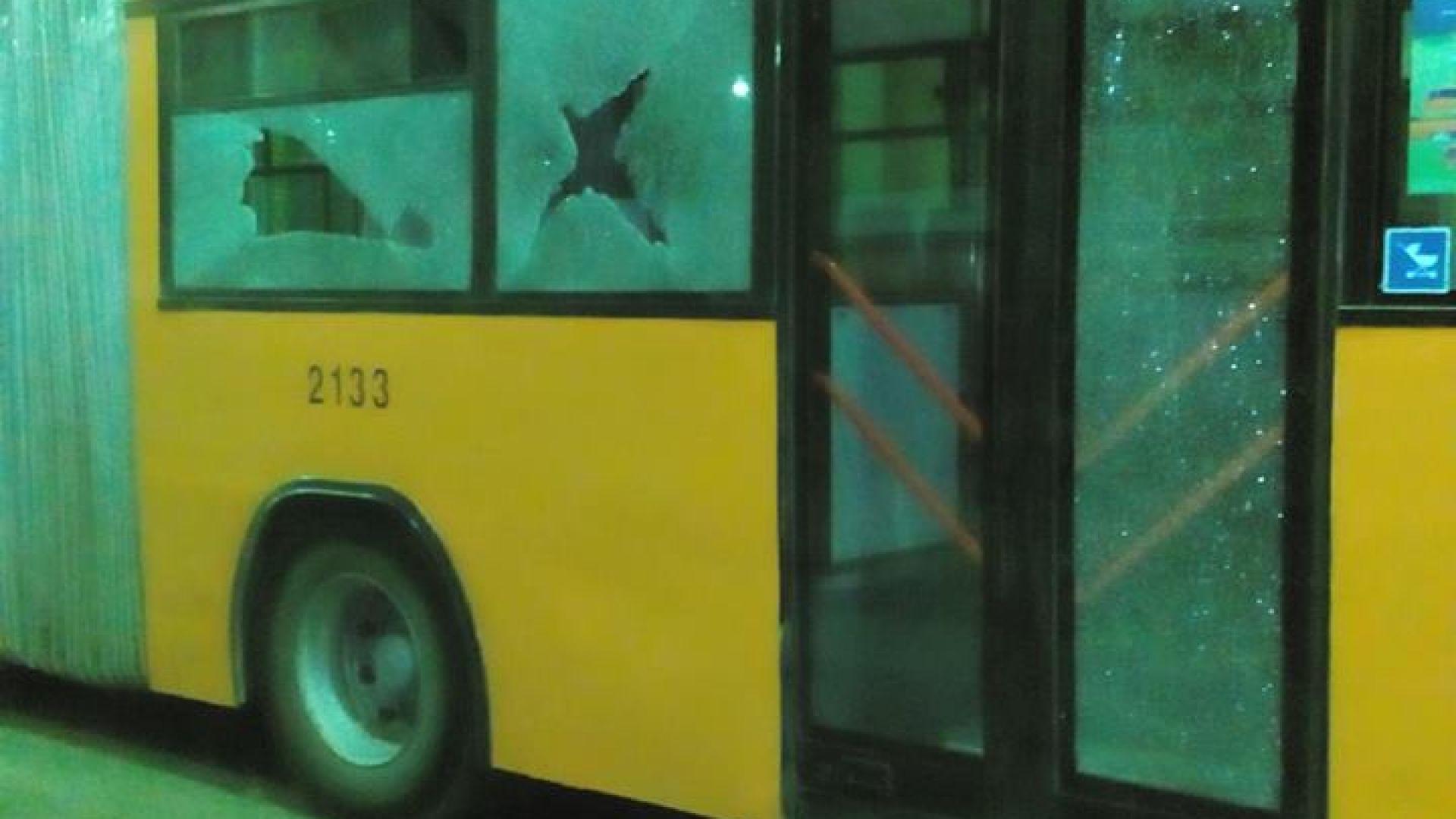 """Поредна стрелба по транспорта в """"Надежда"""" - сега по автобус (снимки)"""