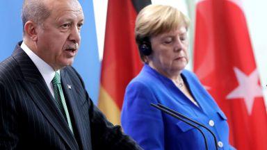 Сблъсък пред медиите: Меркел отказа на Ердоган да обяви гюленистите за терористи