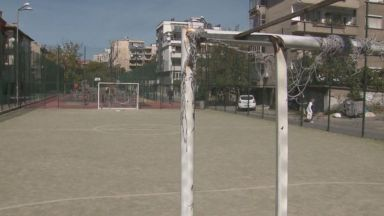 Близките и общината спорят, след като футболна врата затисна 14-годишния Михаил