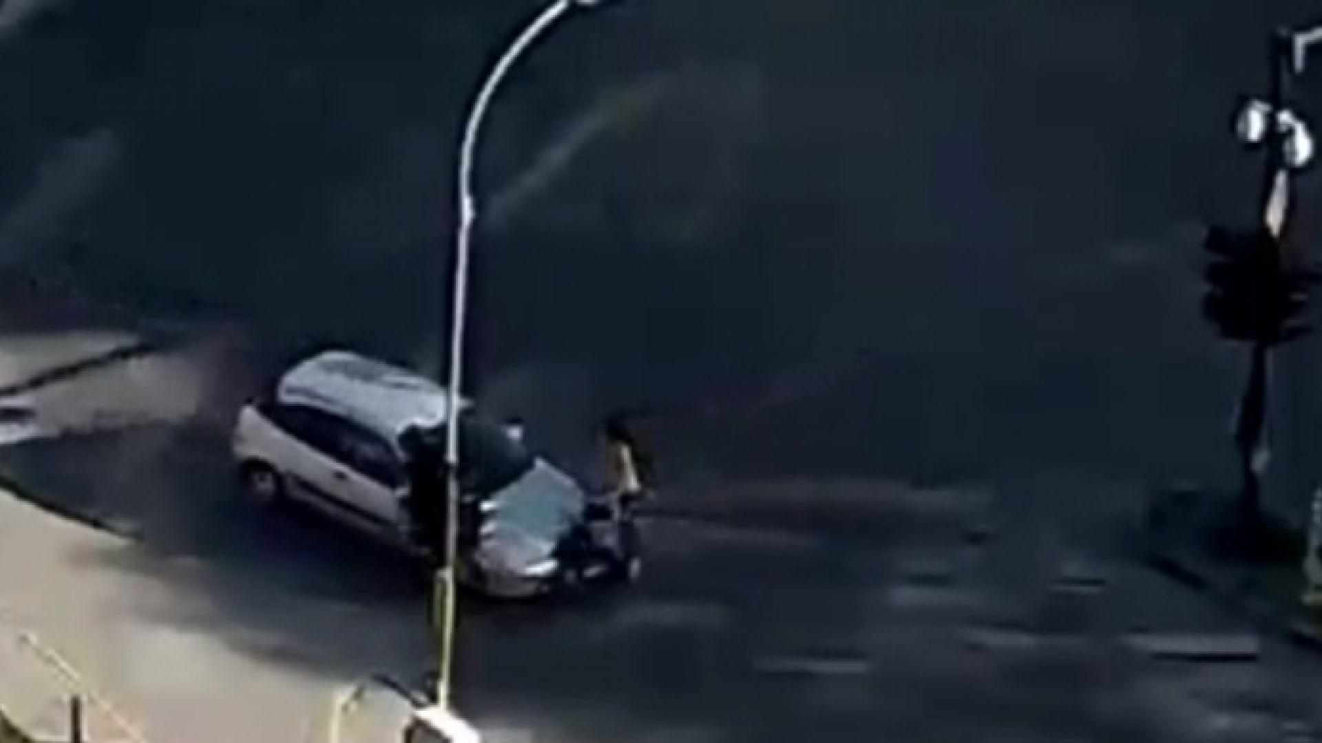Кола удари майка с количка на кръстовище във Варна