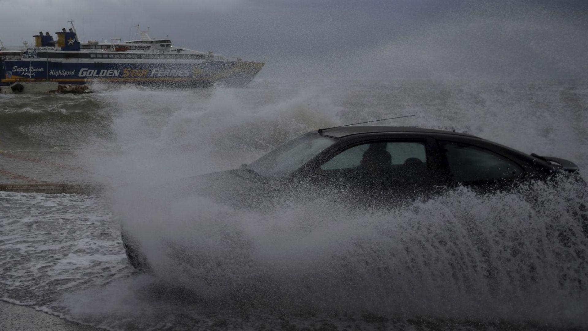 Гърция в окото на циклона Ксенофон (снимки, видео)