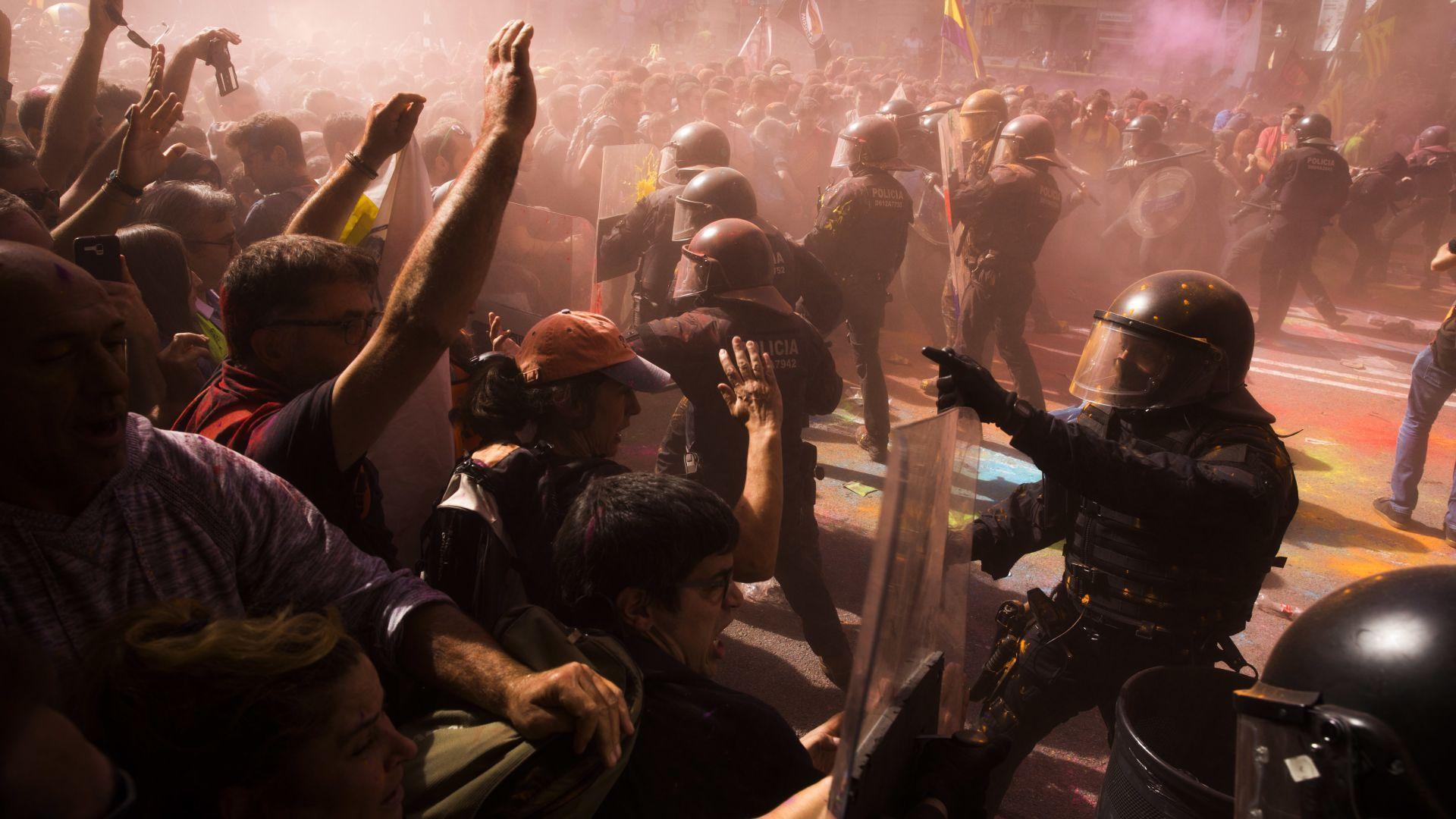 Полиция разпръсна с палки и газ протест в Каталуния