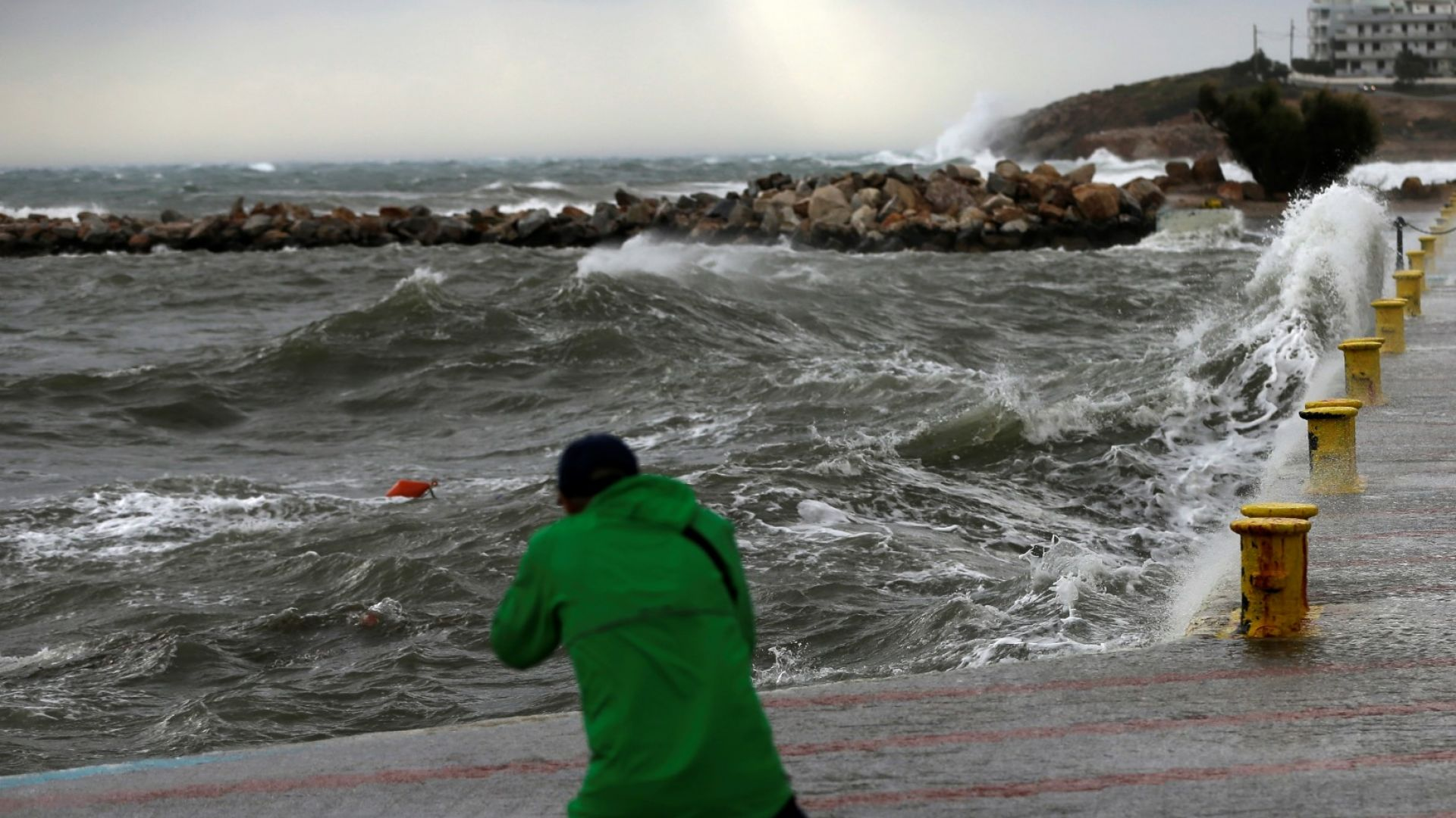 Трима души са изчезнали в Гърция заради мощната буря