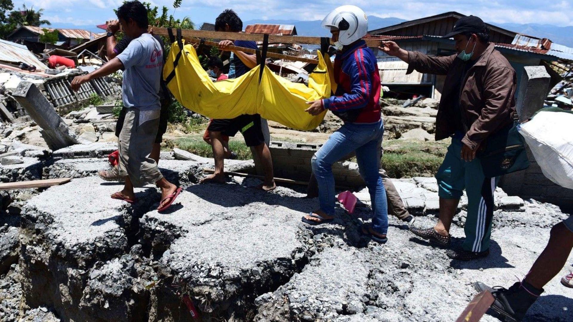 Жена беше спасена от рухнал хотел два дни след труса в Индонезия (снимки)