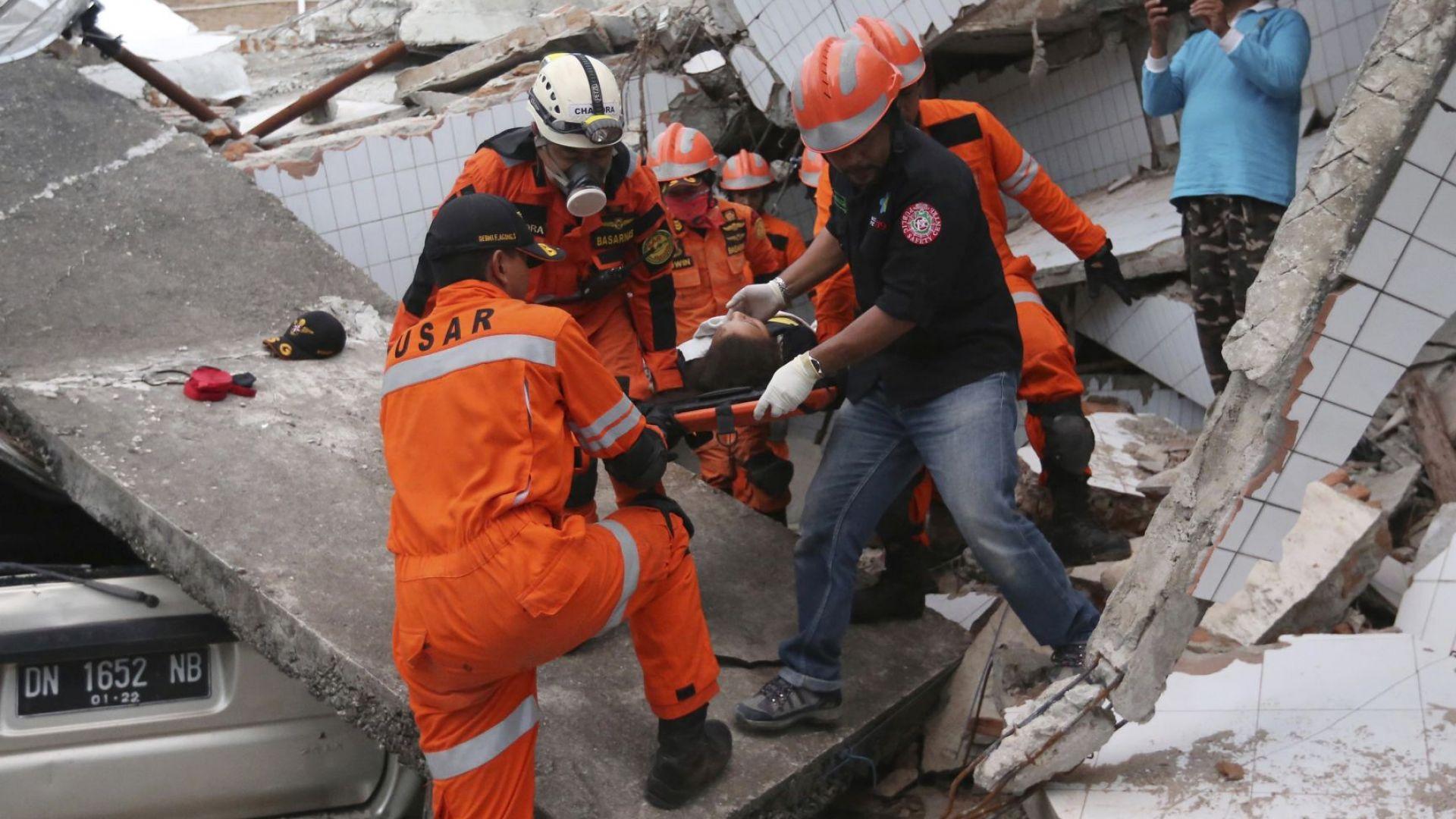 Над 1200 жертви, разруха и страх в Индонезия след опустошителния трус