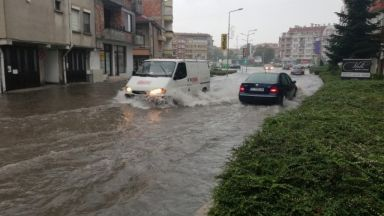 Пороен дъжд наводни Поморие (видео)