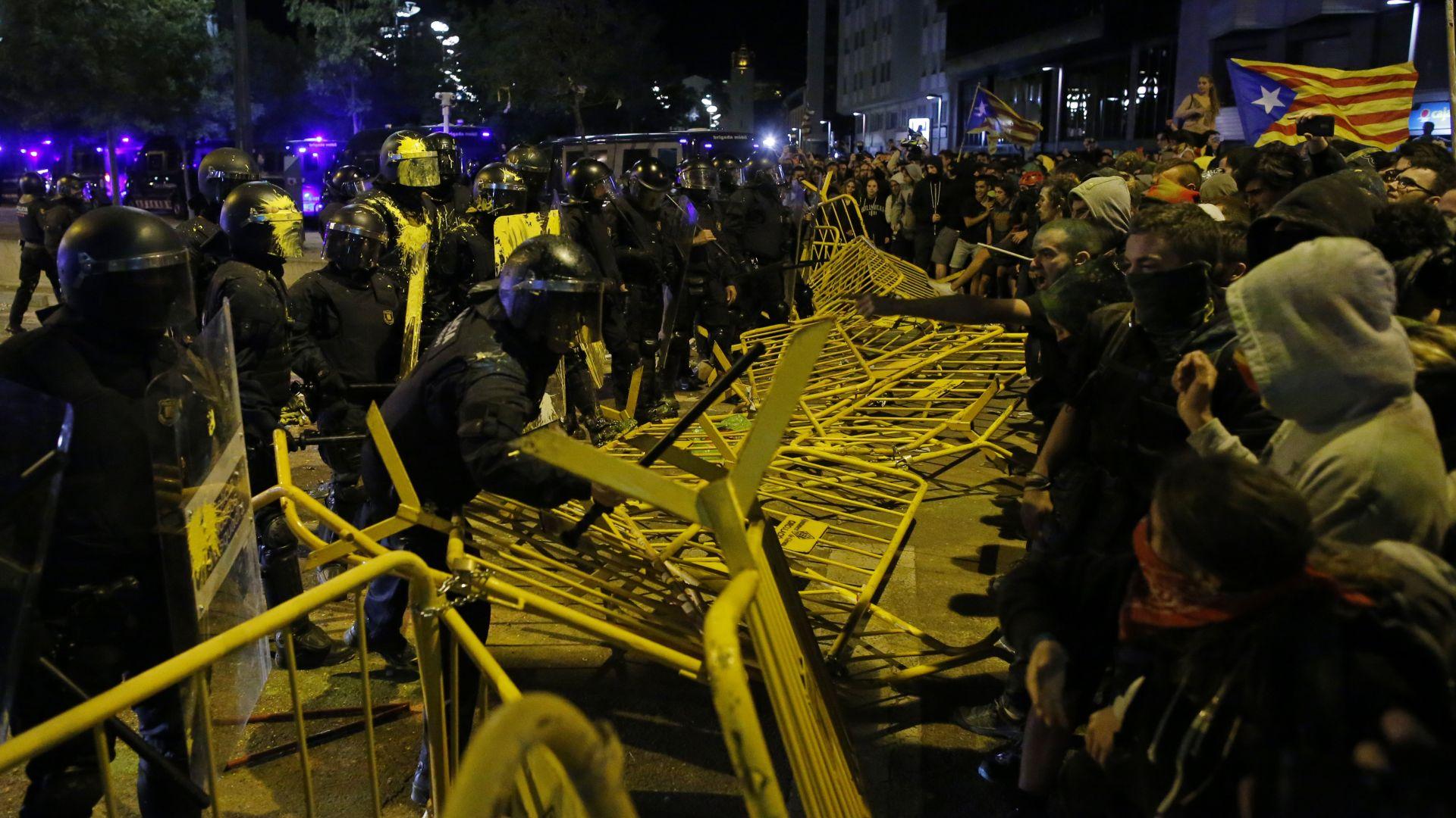 Щурм срещу парламента на Барселона, полицията отговори с палки и газ