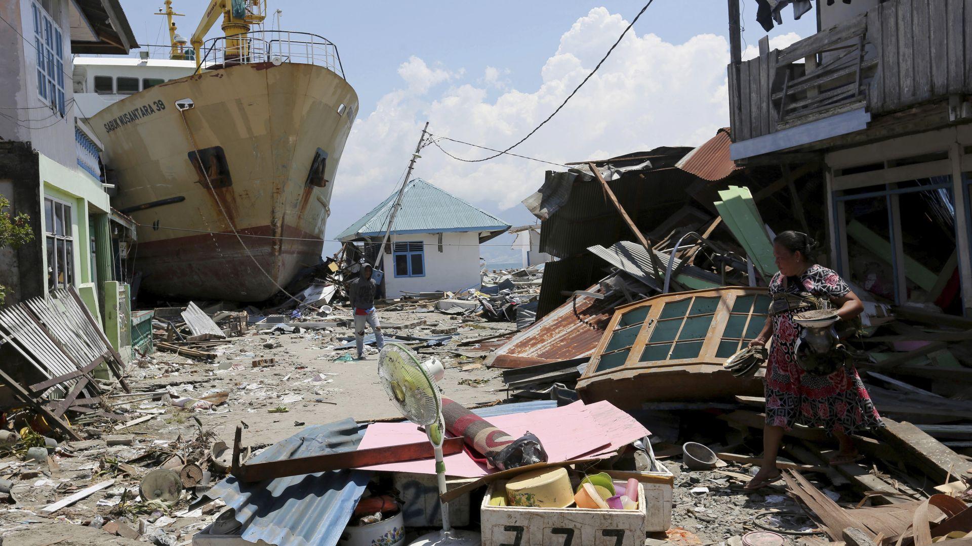 След труса в Индонезия: Гладни хора нахлуват в магазините и грабят храна