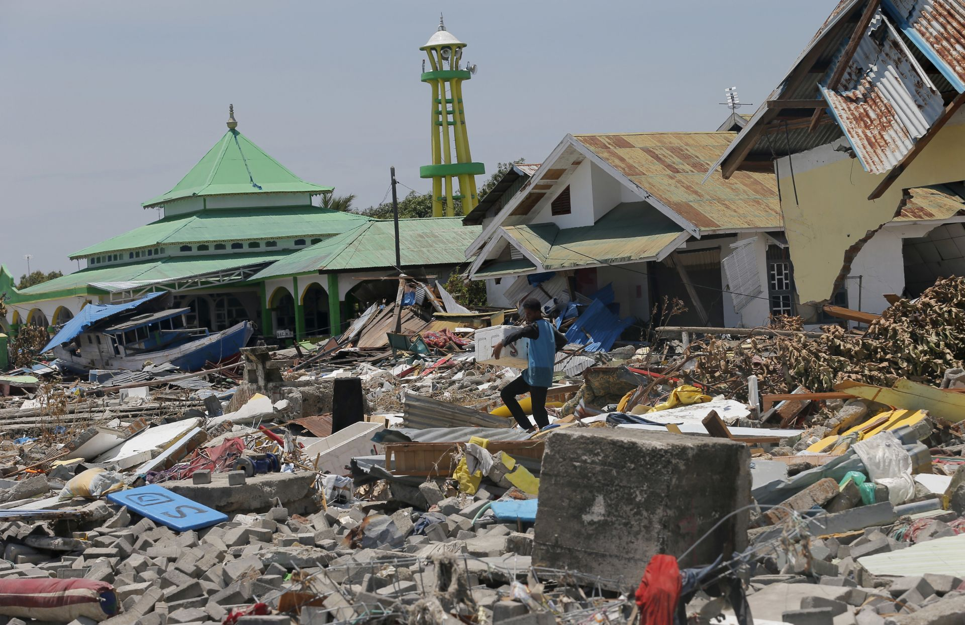 След труса в Индонезия