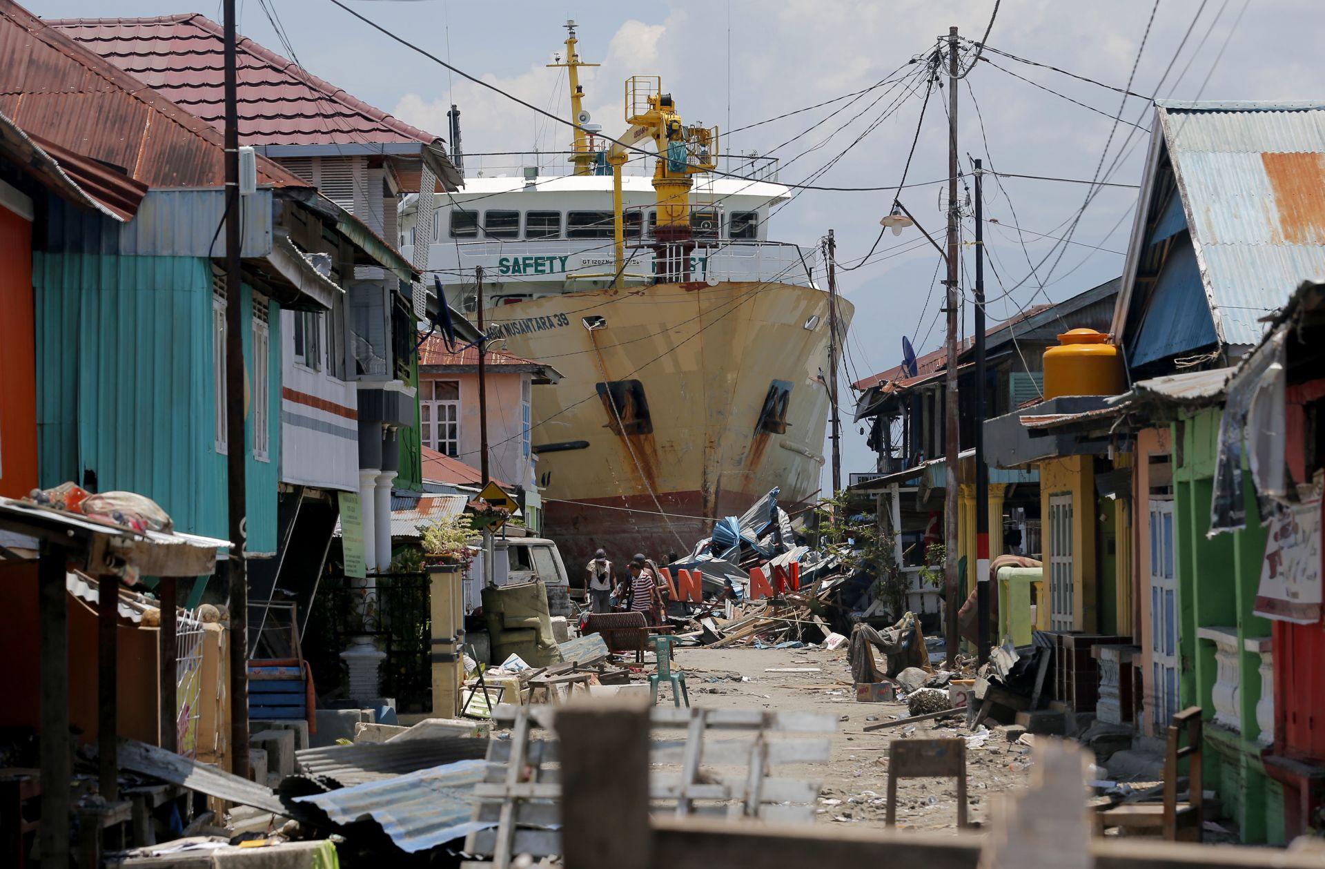 Земетресение с магнитуд 7.4 разтърси Индонезия на 28 септември и предизвика цунами, а височината на вълните достигна 3-5 м