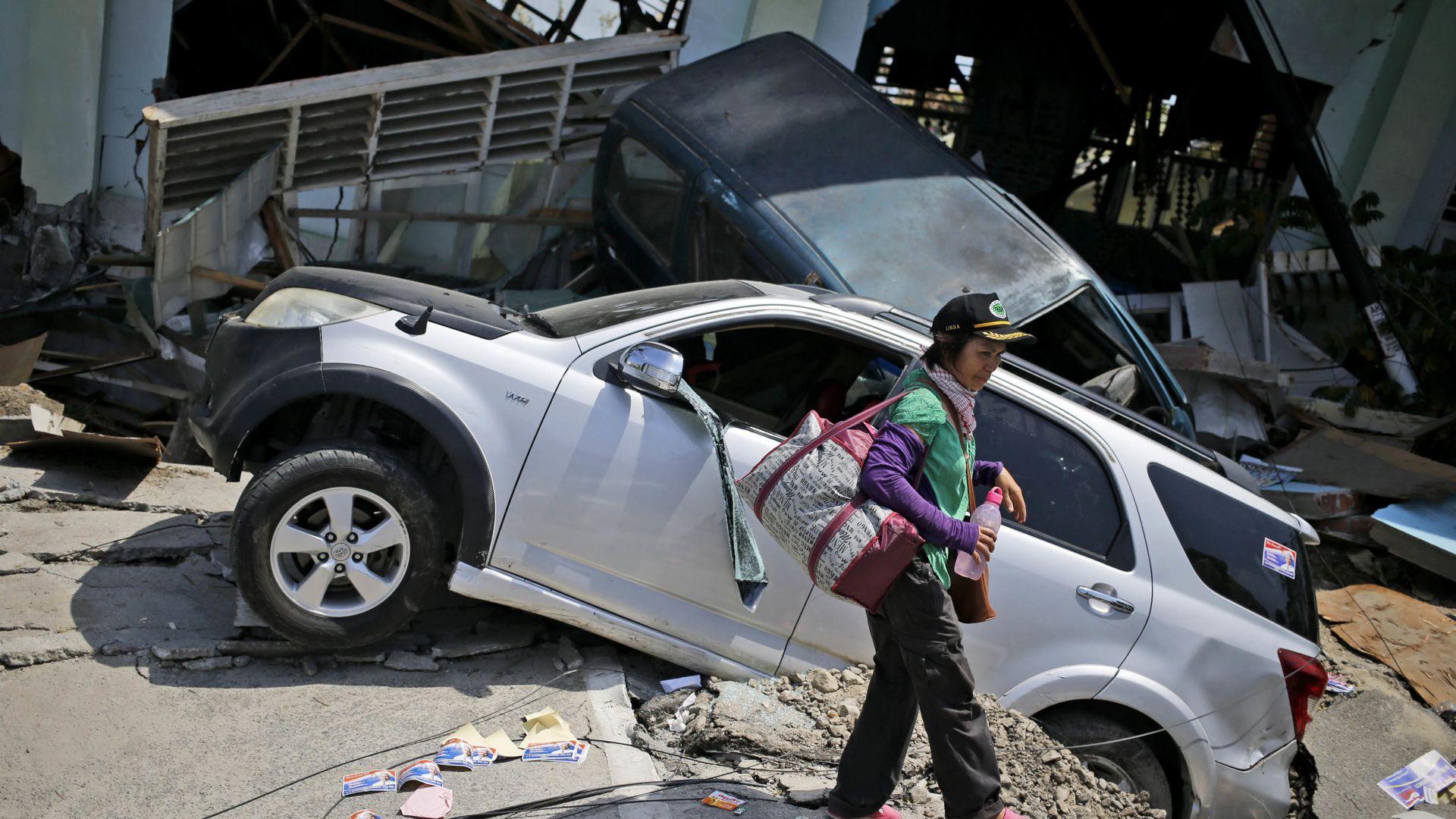 Жертвите на земетресението и цунамито в Индонезия надхвърлиха 2000 души
