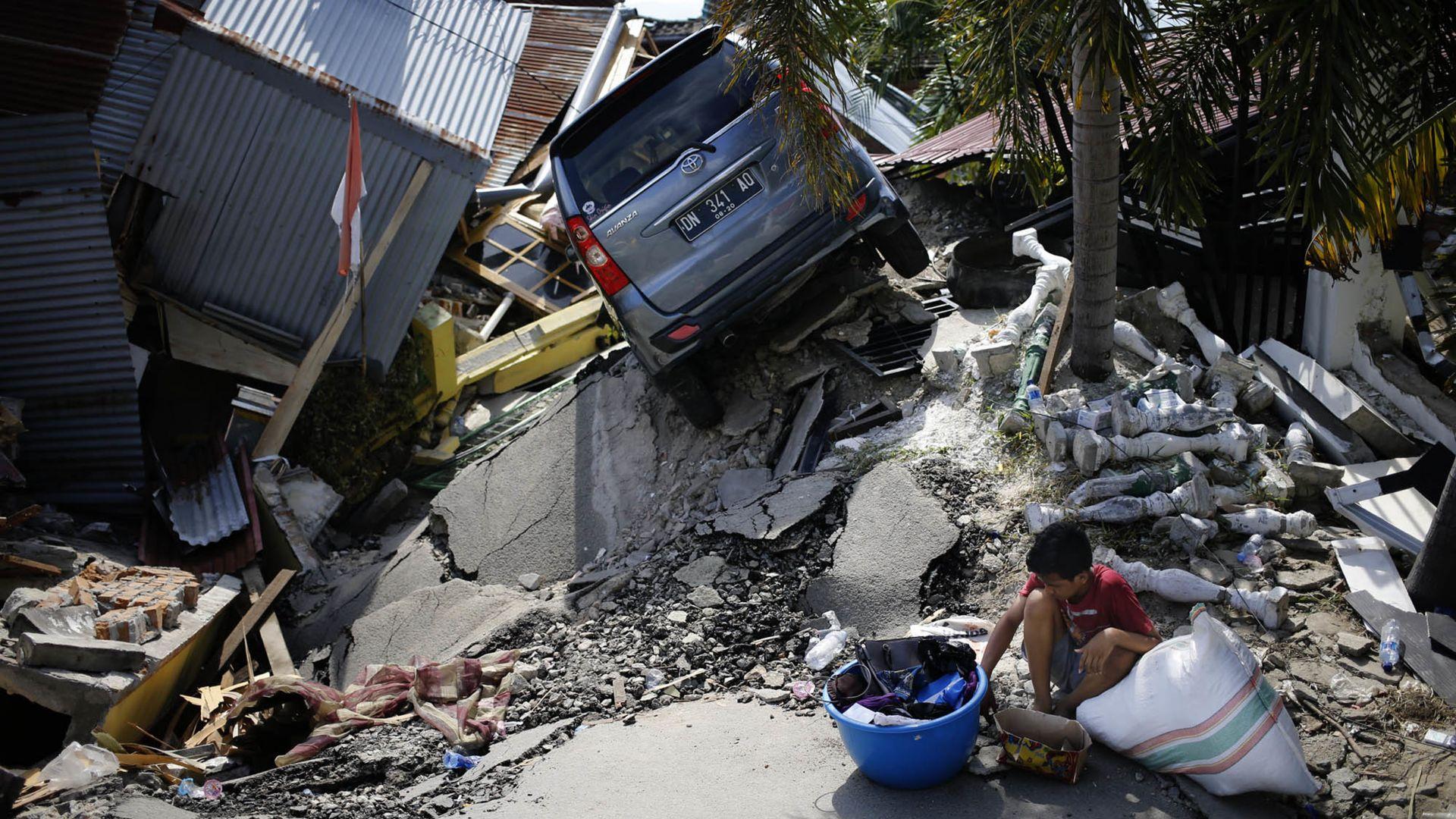 Вече не засичат признаци на живот под рухнала сграда от труса в Индонезия
