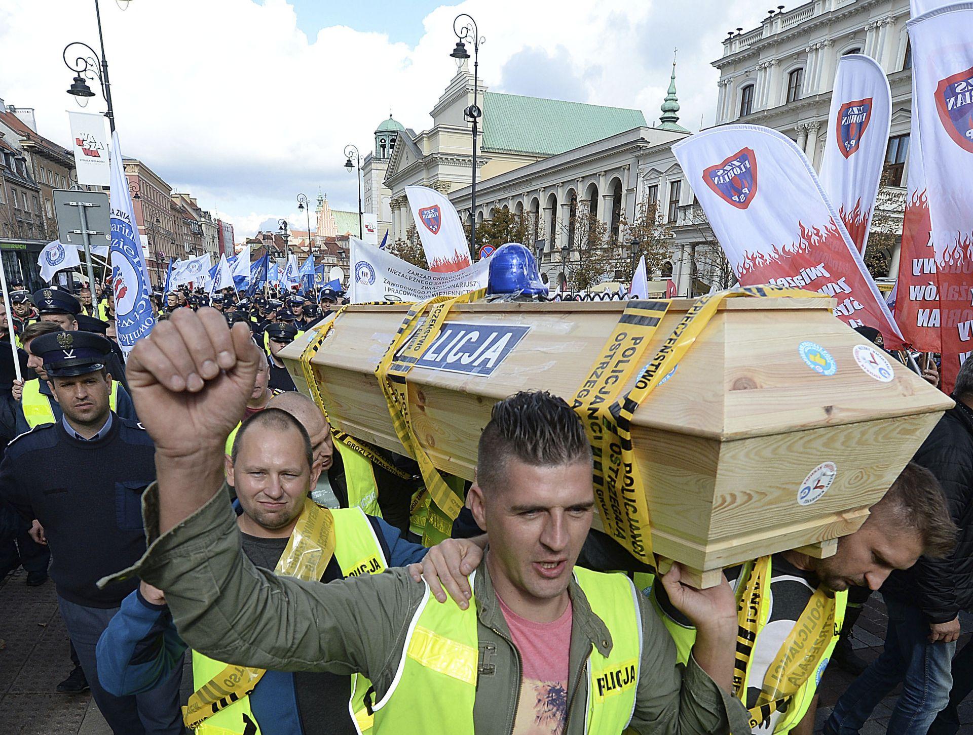 Един от демонстрантите заяви, че нетната му месечна заплата на полицай е около 2500 злоти (близо 600 евро)
