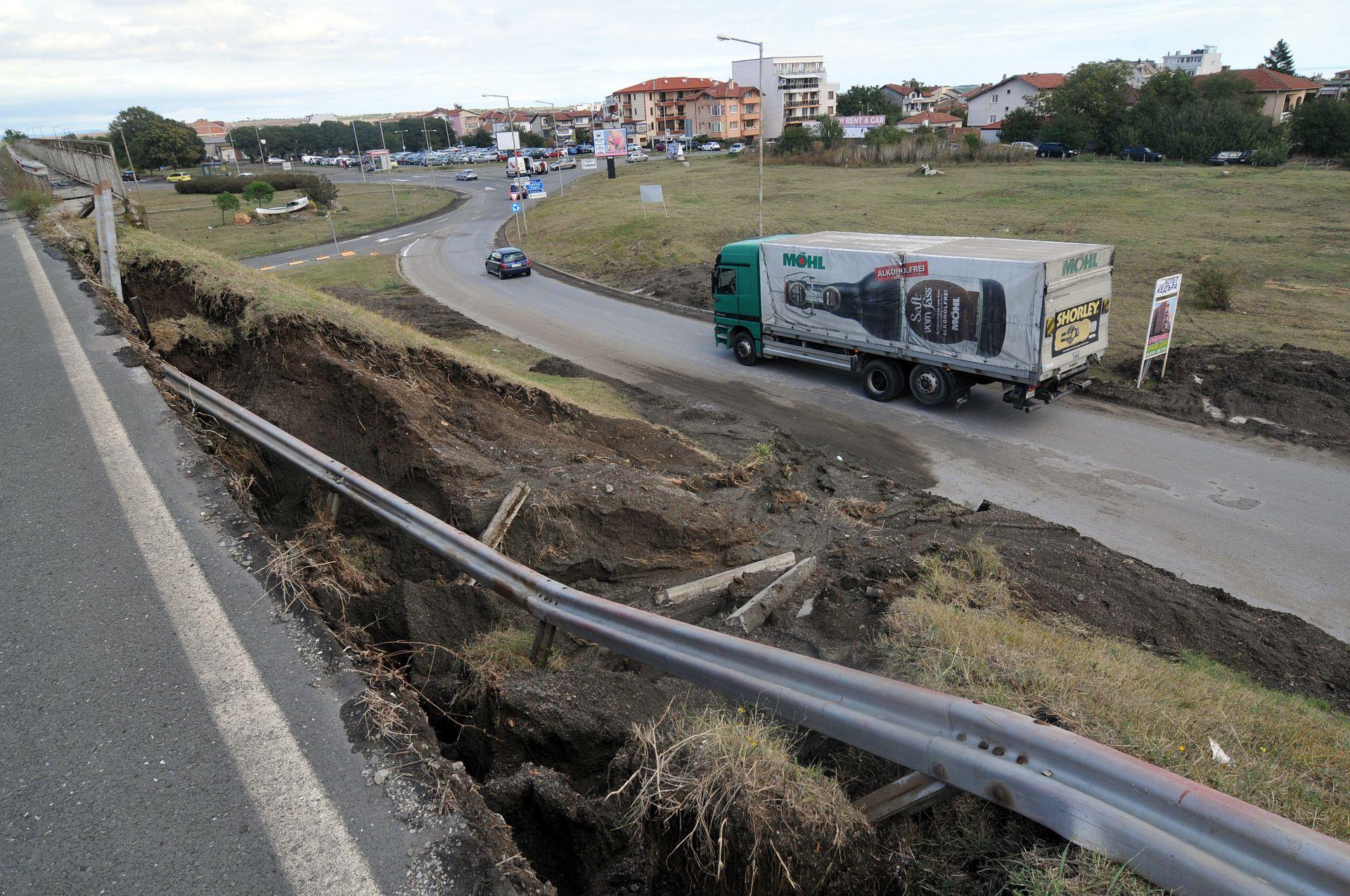 """На крайбрежната улица """"Черно море"""" в квартал """"Сарафово"""" има образувани свлачища"""
