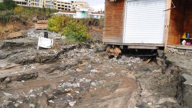 Свлачище в Бургас застрашава къщите и хората в района (снимки)